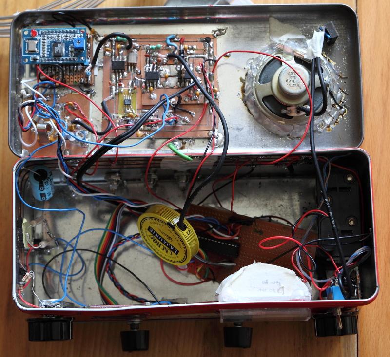 Topik des bidouilleurs d'électronique, électricité, mécanique, trucs en carton...  - Page 10 Dedans